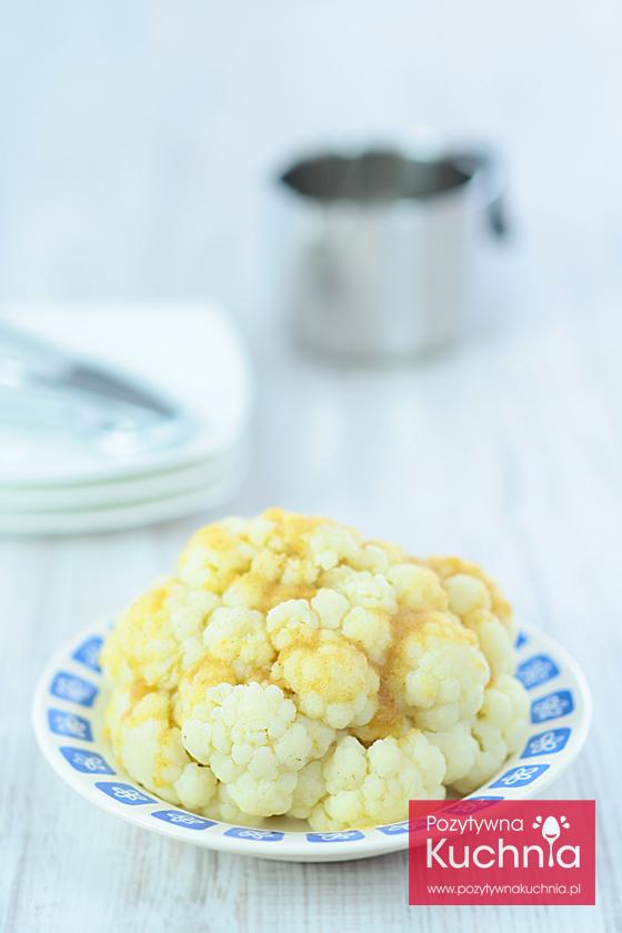 Ugotowany kalafior polany masłem z bułką tartą
