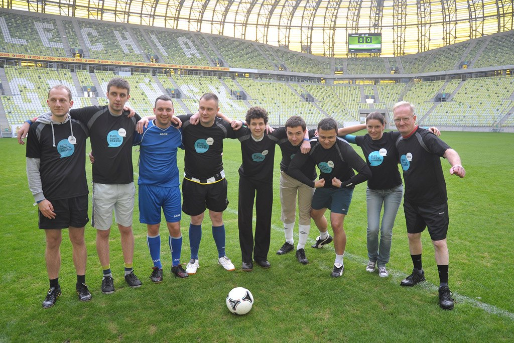 Blogerzy grają w piłkę nożną na PGE Arena w Gdańsku