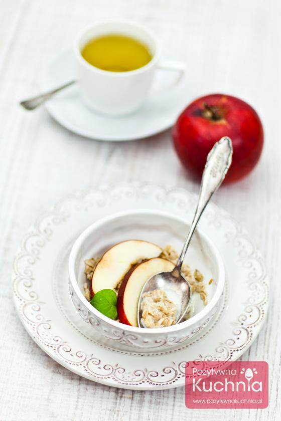 Owsianka z miodem, mlekiem i jabłkiem