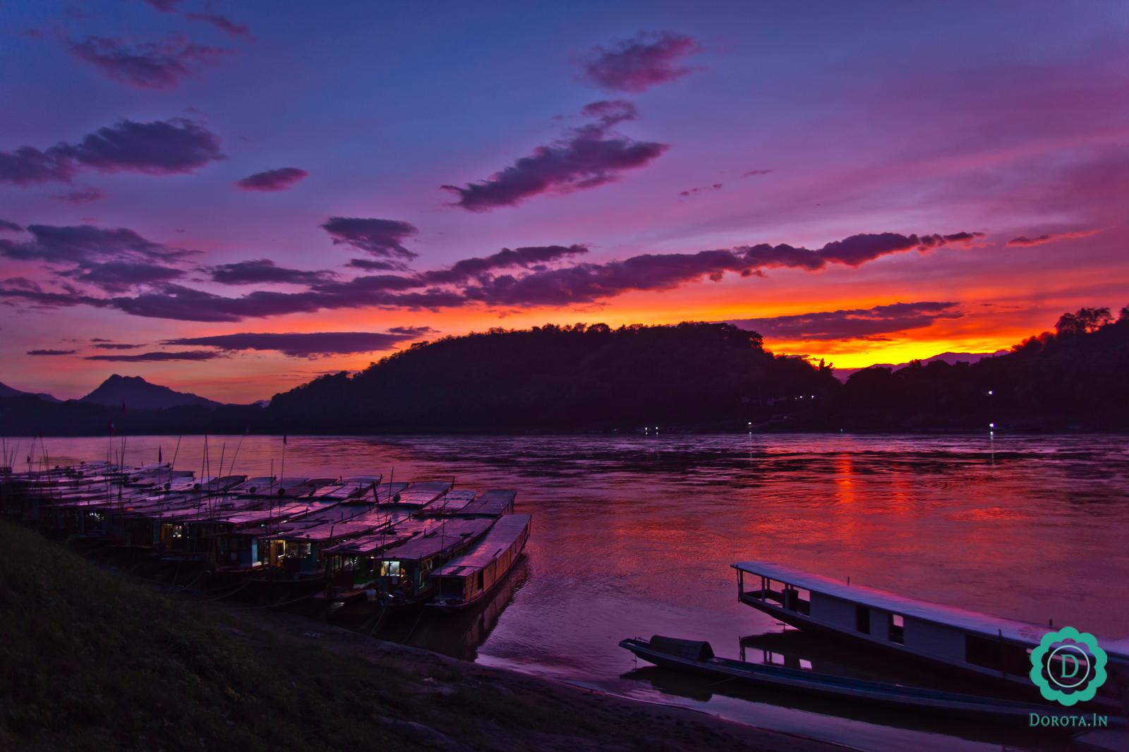 Zachód słońca nad Mekongiem, Luangprabang, Laos. Czerwiec 2014 r.