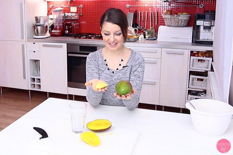 Jak obrać mango szklanką - krok 1
