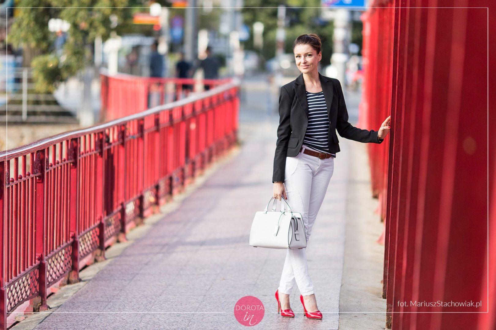 e5f3bca94ef11 Bluzka w paski, białe spodnie, czarna marynarka i czerwone szpilki -  stylizacja