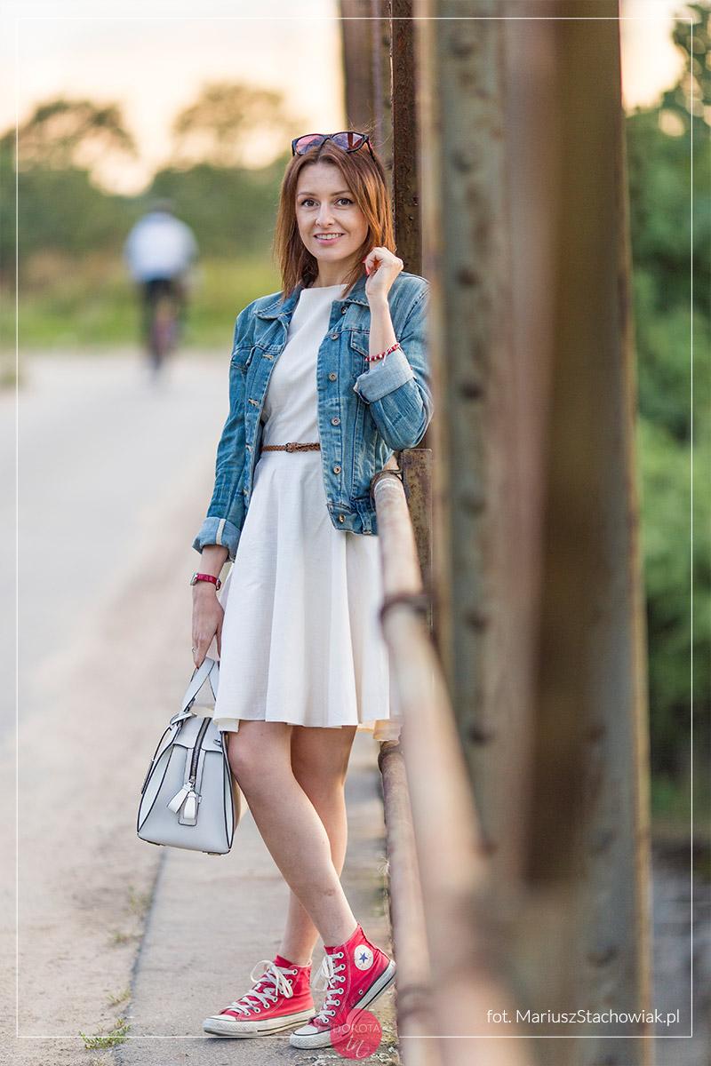 37cddb5b50 Biała Sukienka I Dżinsowa Kurtka Stylizacja Na Dwa Sposoby