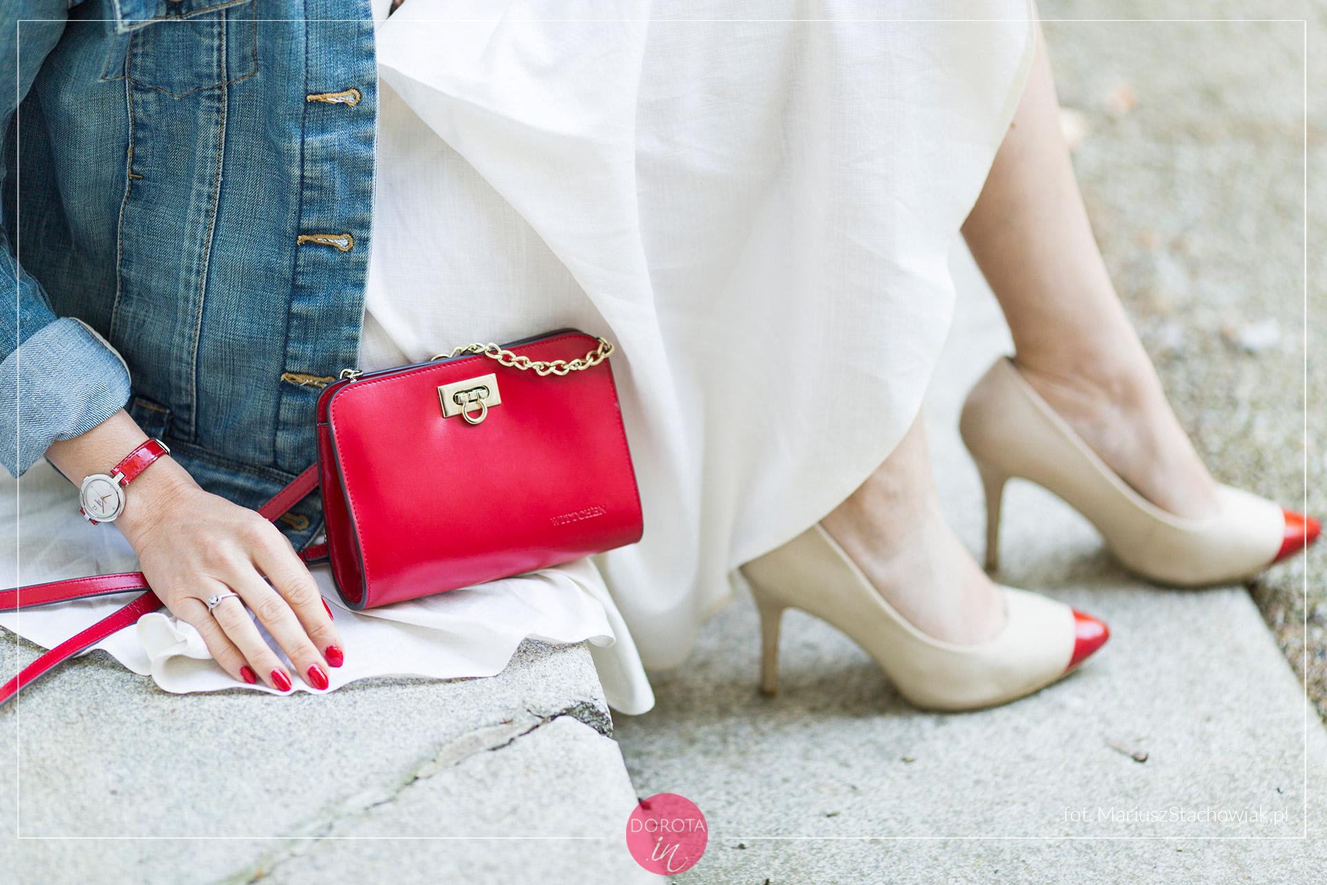 Czerwona torebka i beżowe szpilki