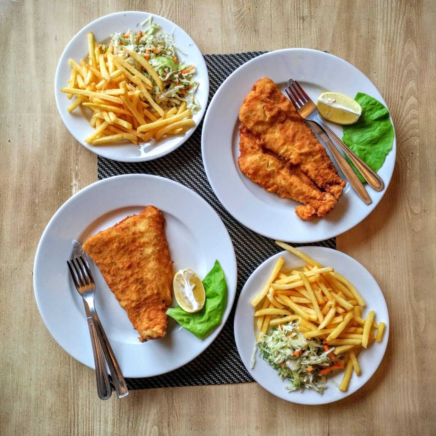 Smażona ryba, frytki i surówka
