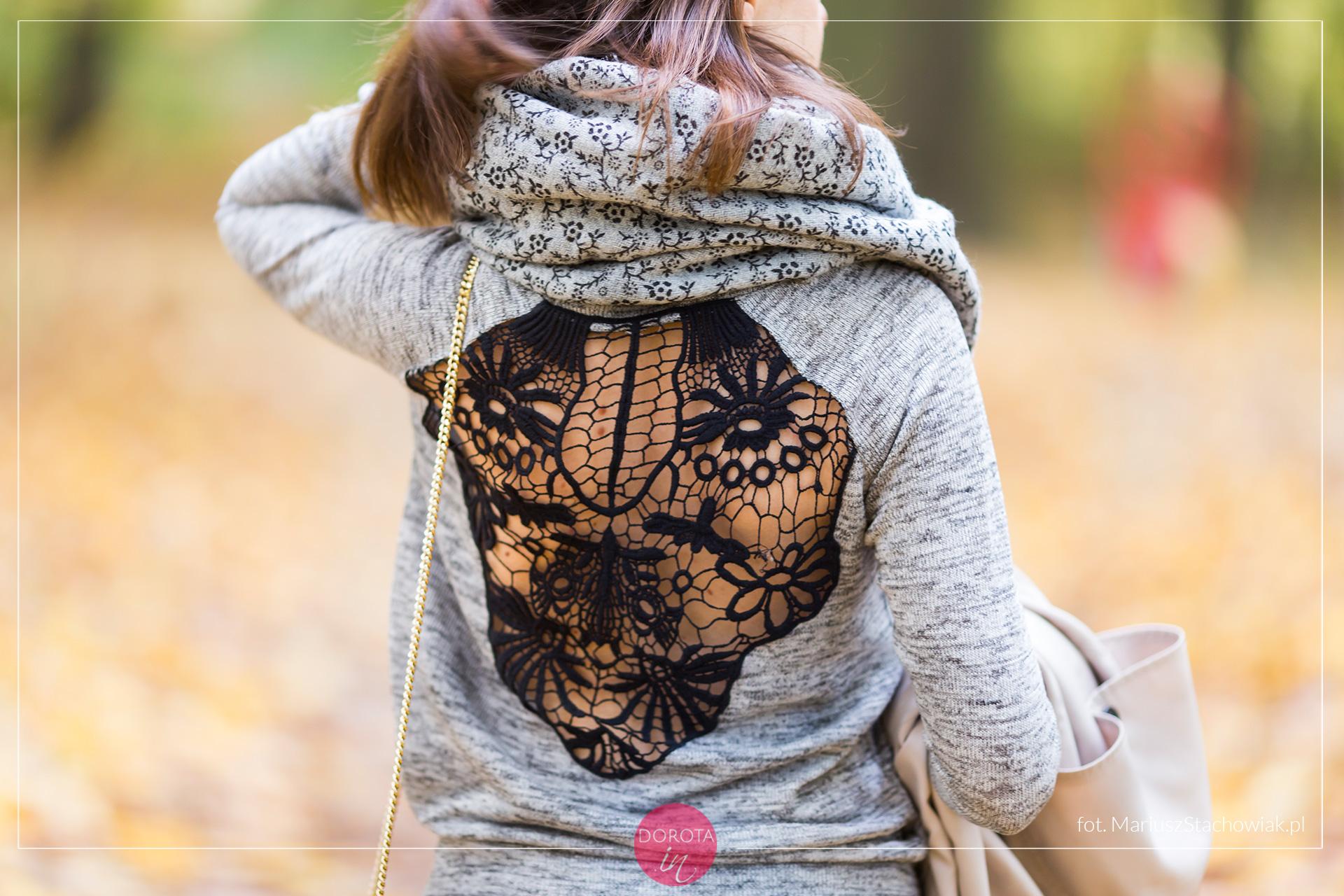 Szary sweter z ażurowym wzorem na plecach