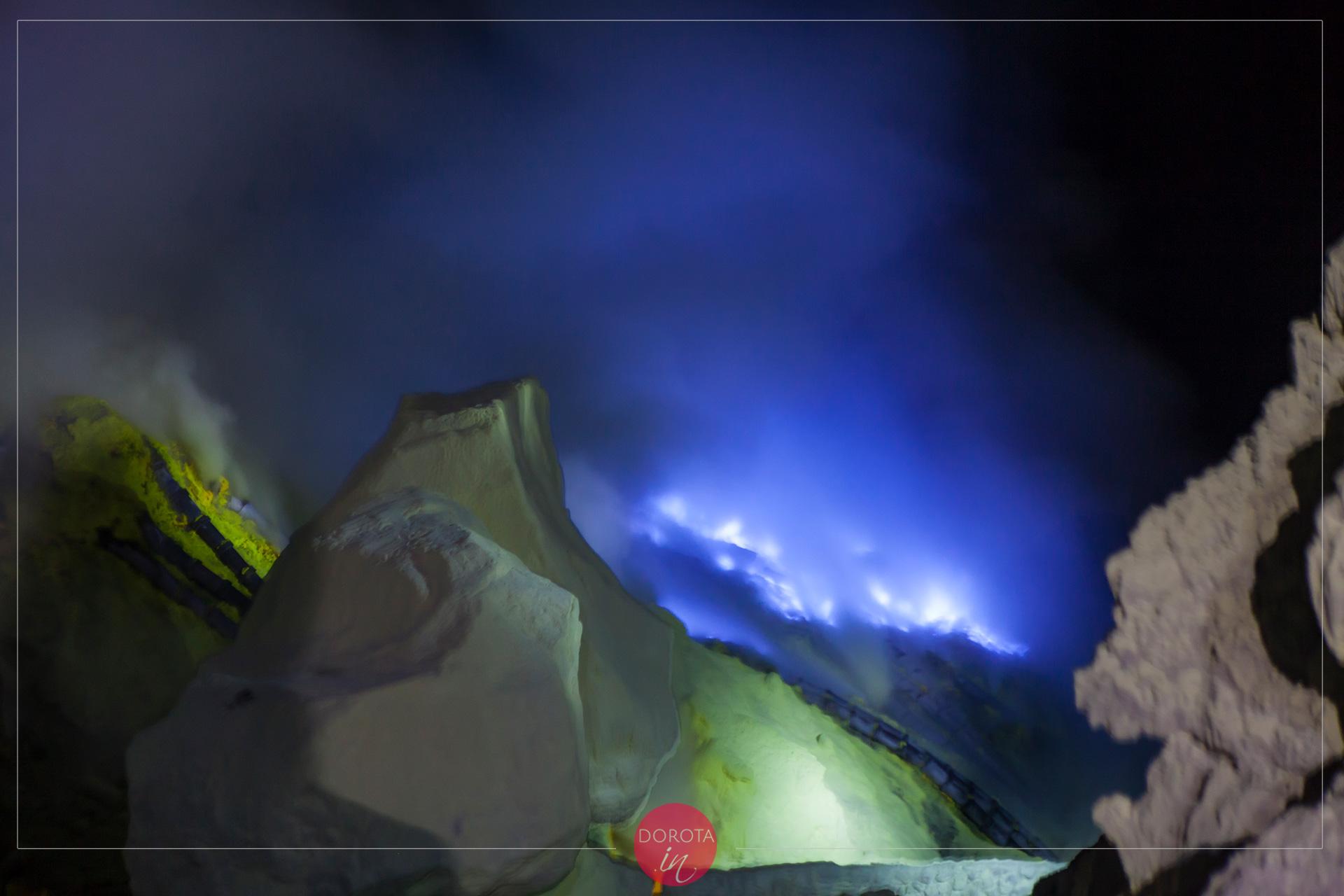 Błękitny ogień w kraterze wulkanu Ijen