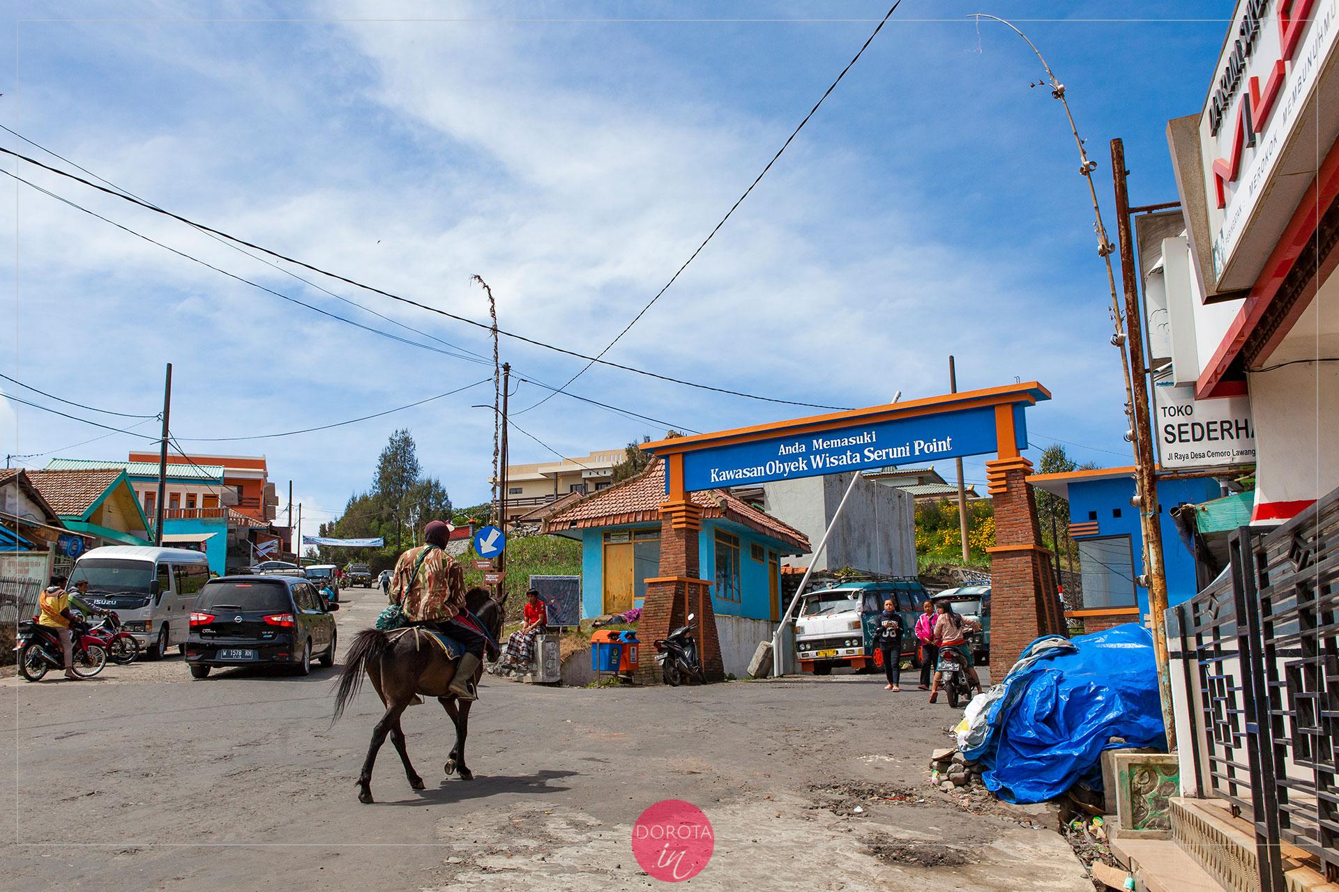 Cemoro Lawang - na prawo droga do punktu widokowego, na lewo do parku narodowego