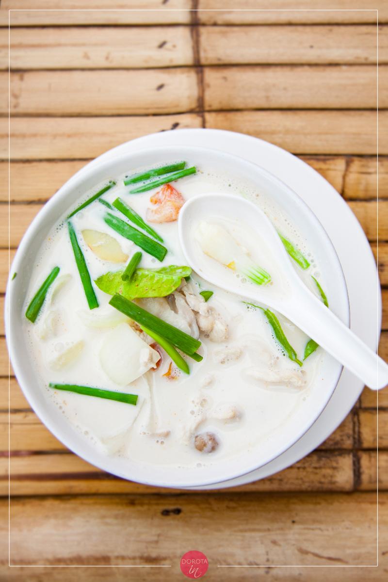 Zupa tom kha z kurczakiem i mlekiem kokosowym