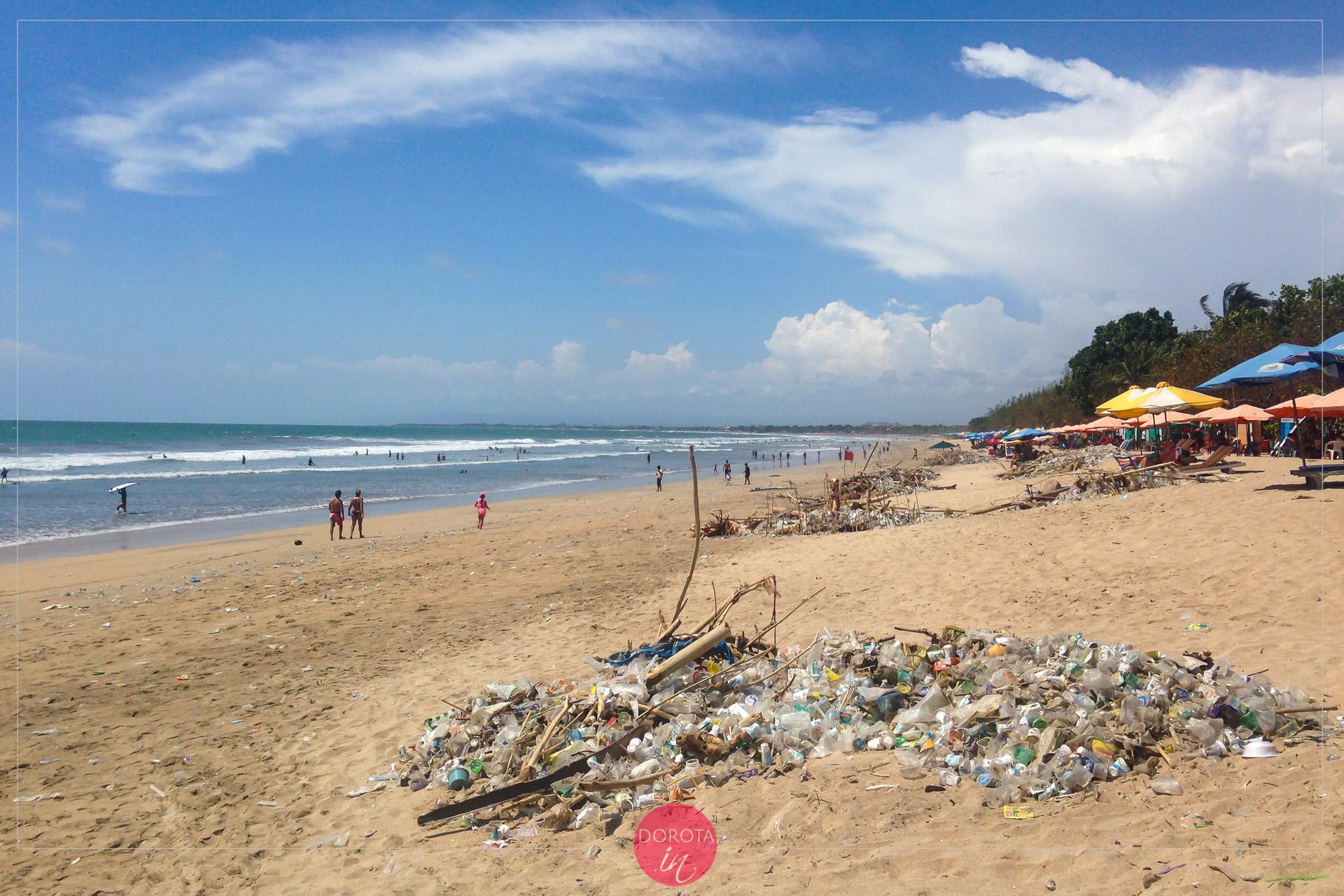 Śmieci na plaży Kuta Beach