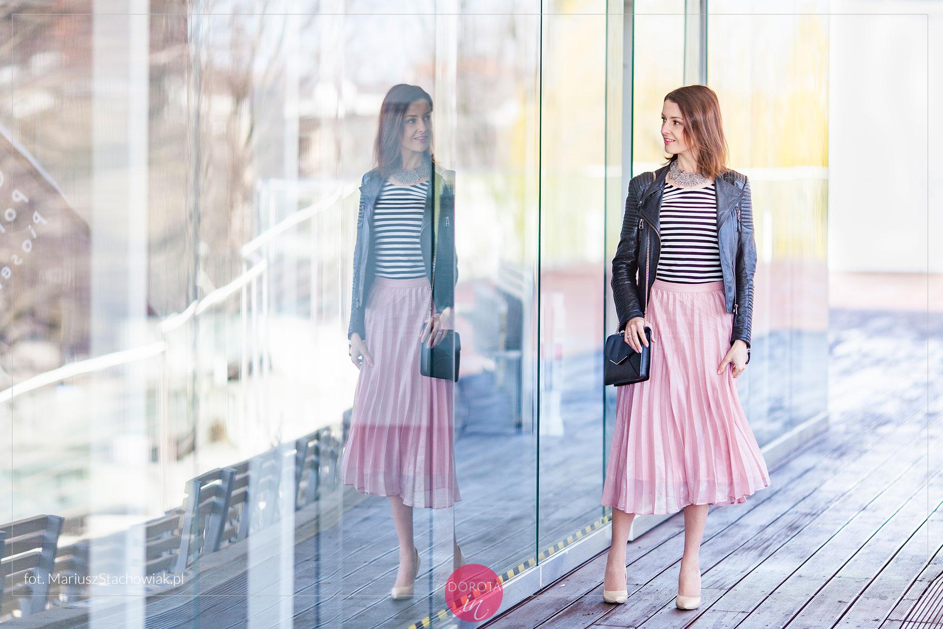 Bluzka w paski i różowa spódnica plisowana - stylizacja