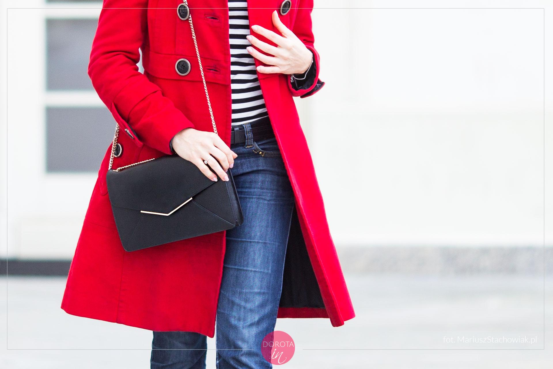 Czerwony płaszcz z czarną torebką na łańcuszku