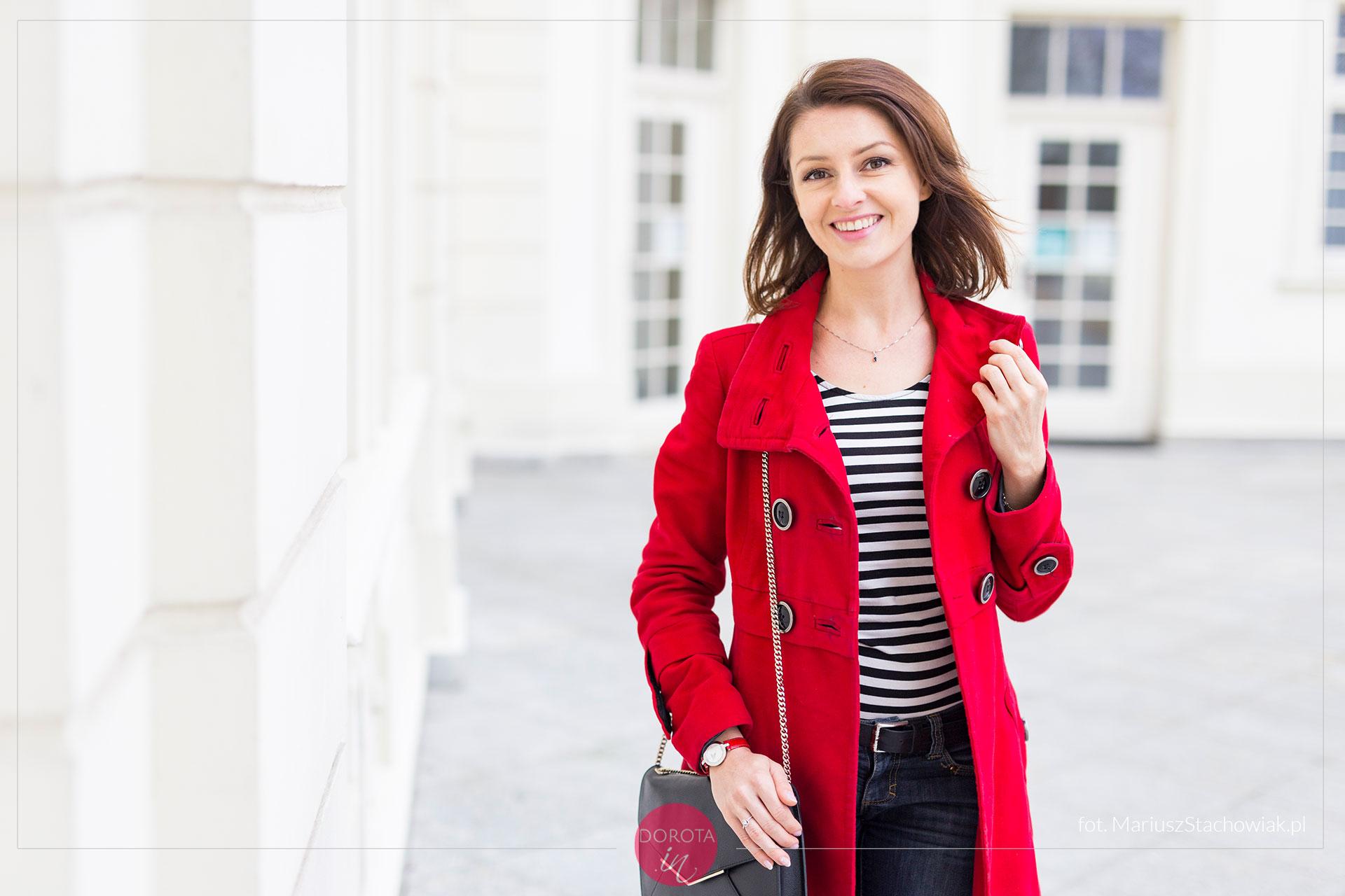 Czerwony płaszcz bluzka w paski - stylizacja