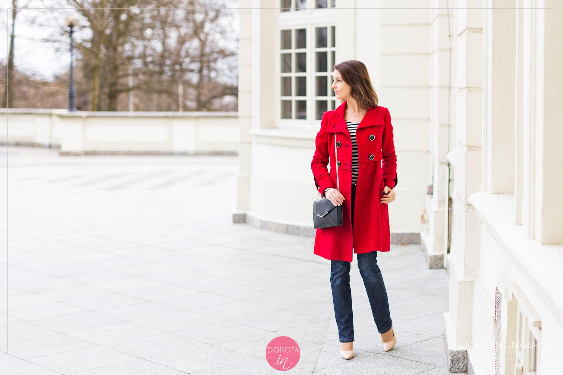 Czerwony płaszcz - stylizacja z dżinsami i beżowymi szpilkami
