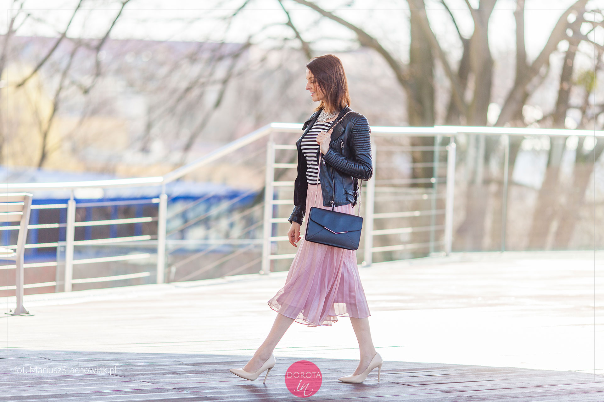Różowa spódnica plisowana z czarną ramoneską