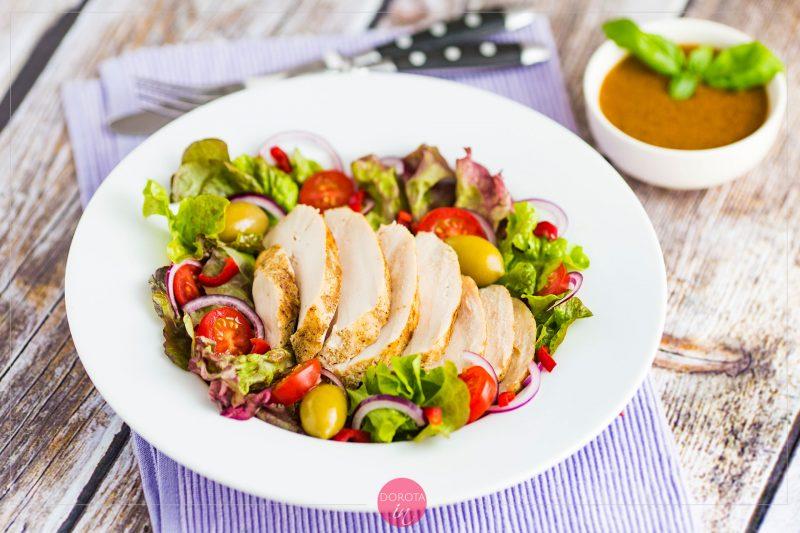 Sałatka z kurczakiem i oliwkami