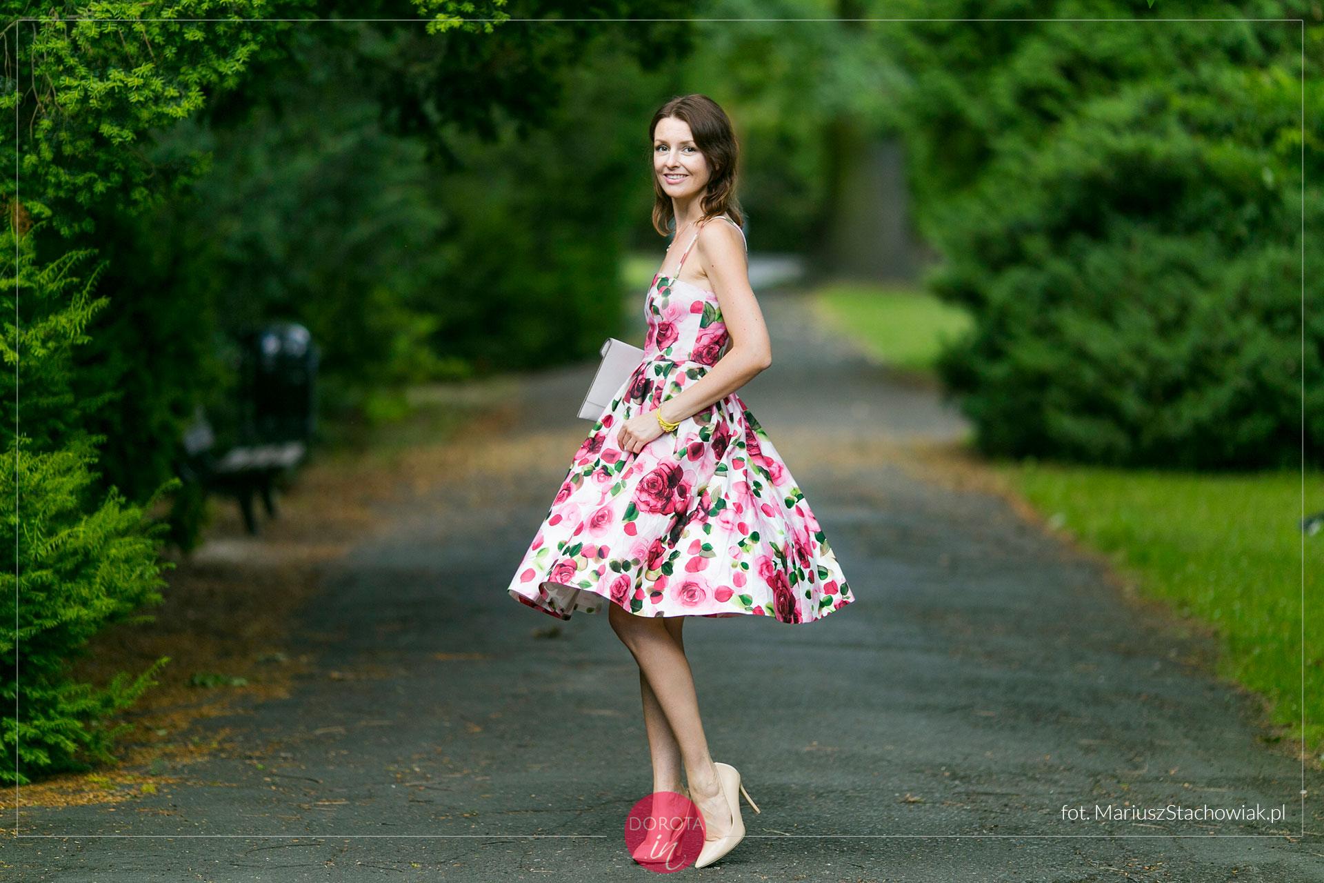 Sukienka w róże - stylizacja na lato