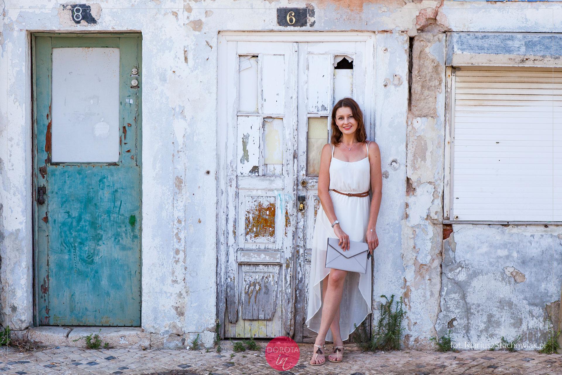 4c2a8e361b Zwiewna biała sukienka na lato - stylizacja